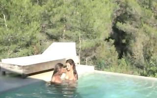 dark brown lesbs make love in the pool